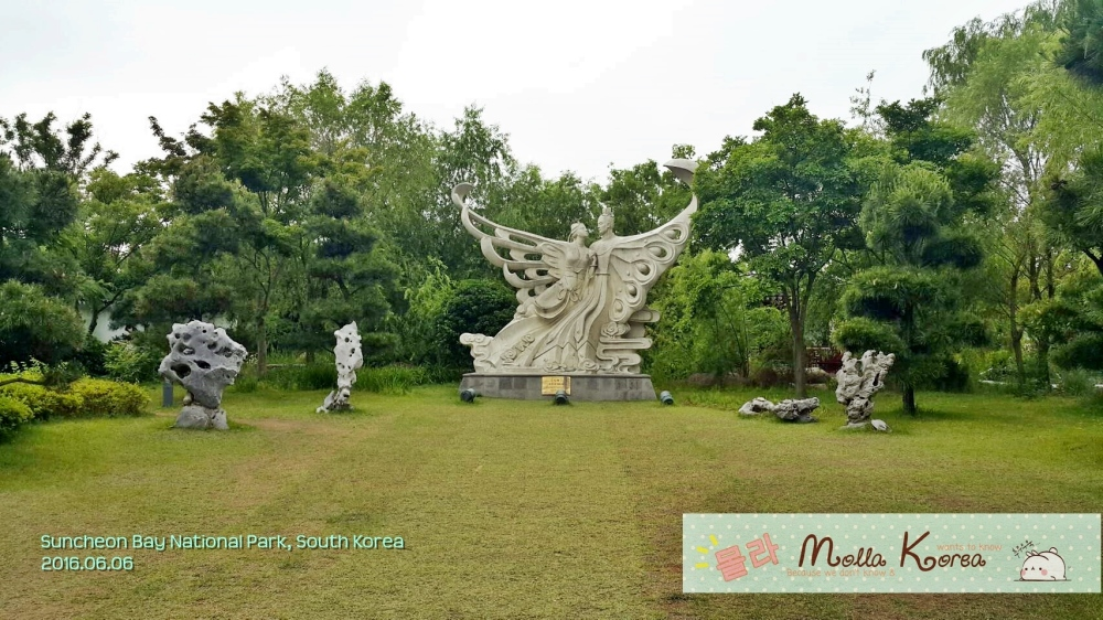2016060 2 Couple Statue Suncheon Bay National Park Molang Korea